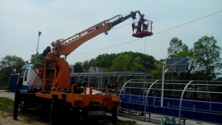 Установка видеонаблюдения на круглых столбах на стадионе поселка Преображение